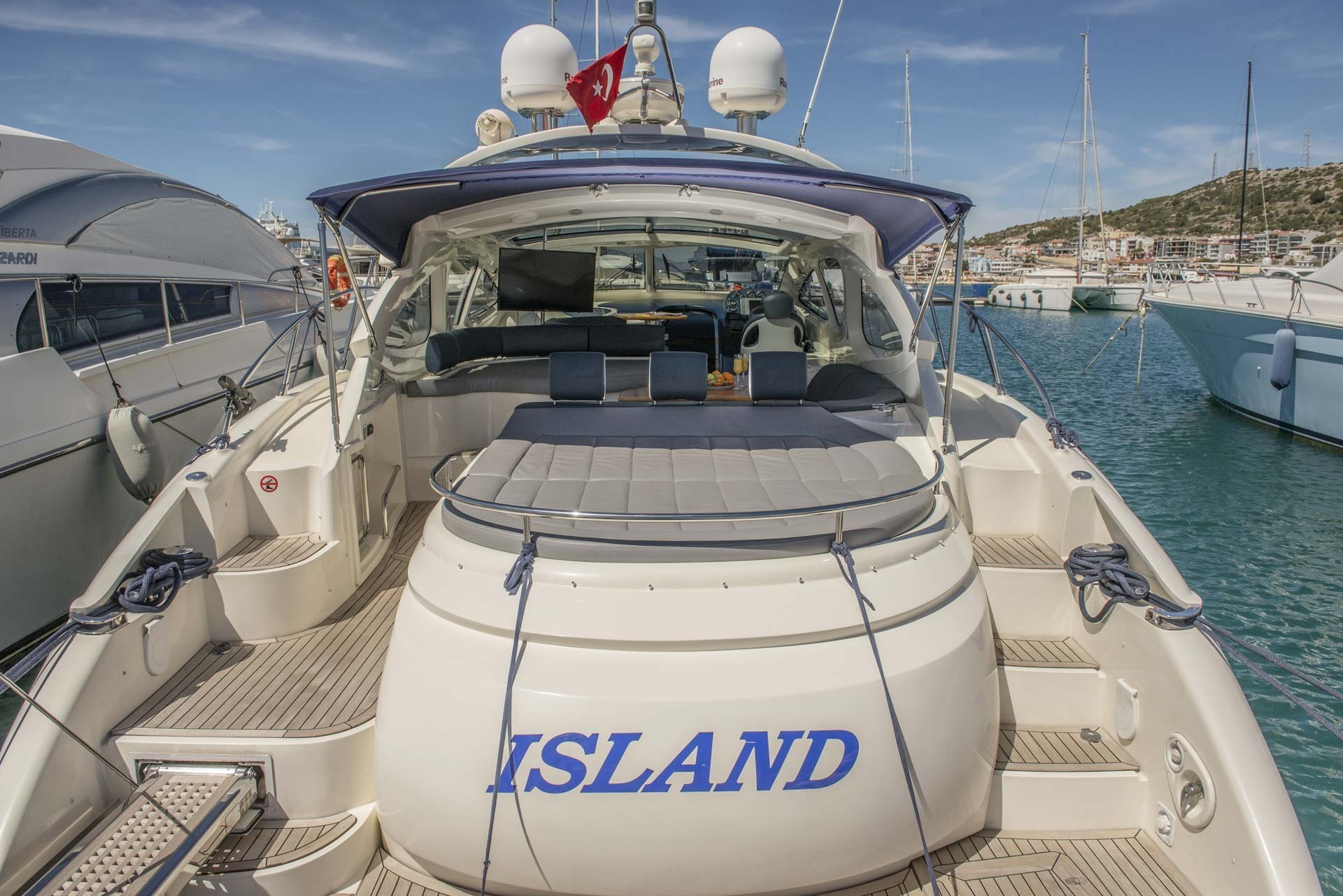 Motor Yacht Island